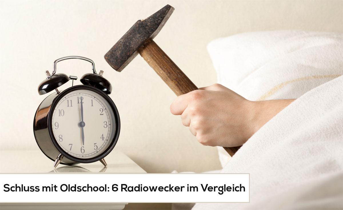 Mann_schlaegt_wecker_mit-Hammer-kaputt